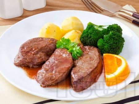 Печен свински черен дроб със зеленчуци на фурна - снимка на рецептата